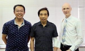 左から理事の福田、日高氏、理事長のルドン